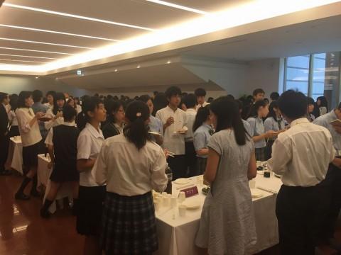 訪問地域別に分かれて、派遣高校生同士の懇親会が行われました